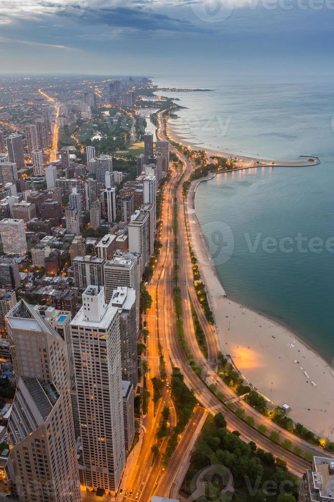 skyline de chicago e lago michigan ao pôr do sol foto