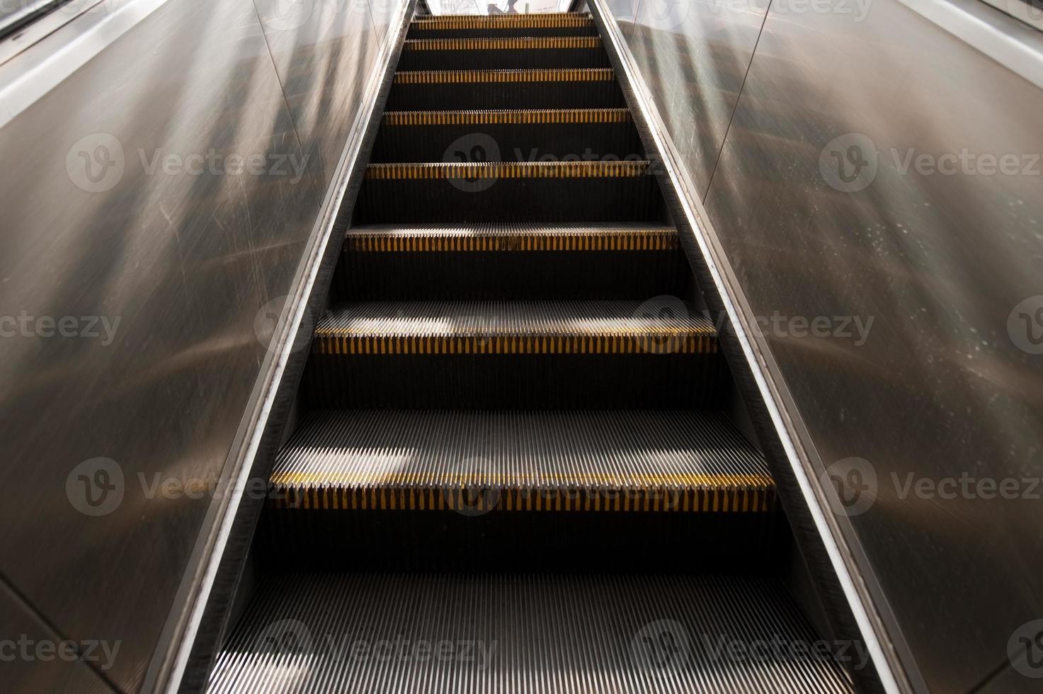 escada rolante na cidade foto