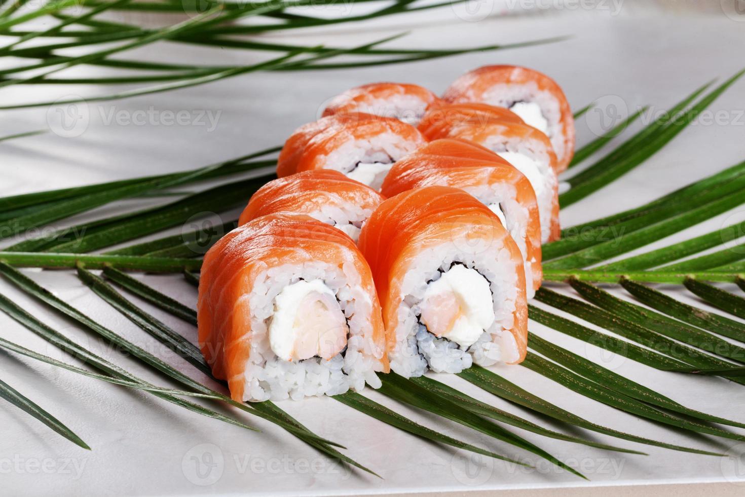 Filadélfia roll com comida de sushi de camarão em uma palmeira tropical foto