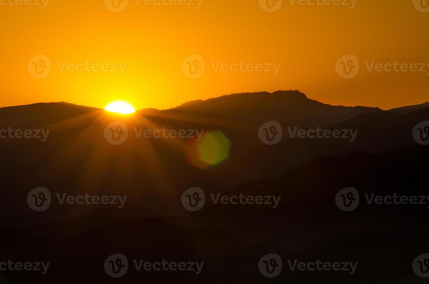 salida del sol sobre la montaña foto