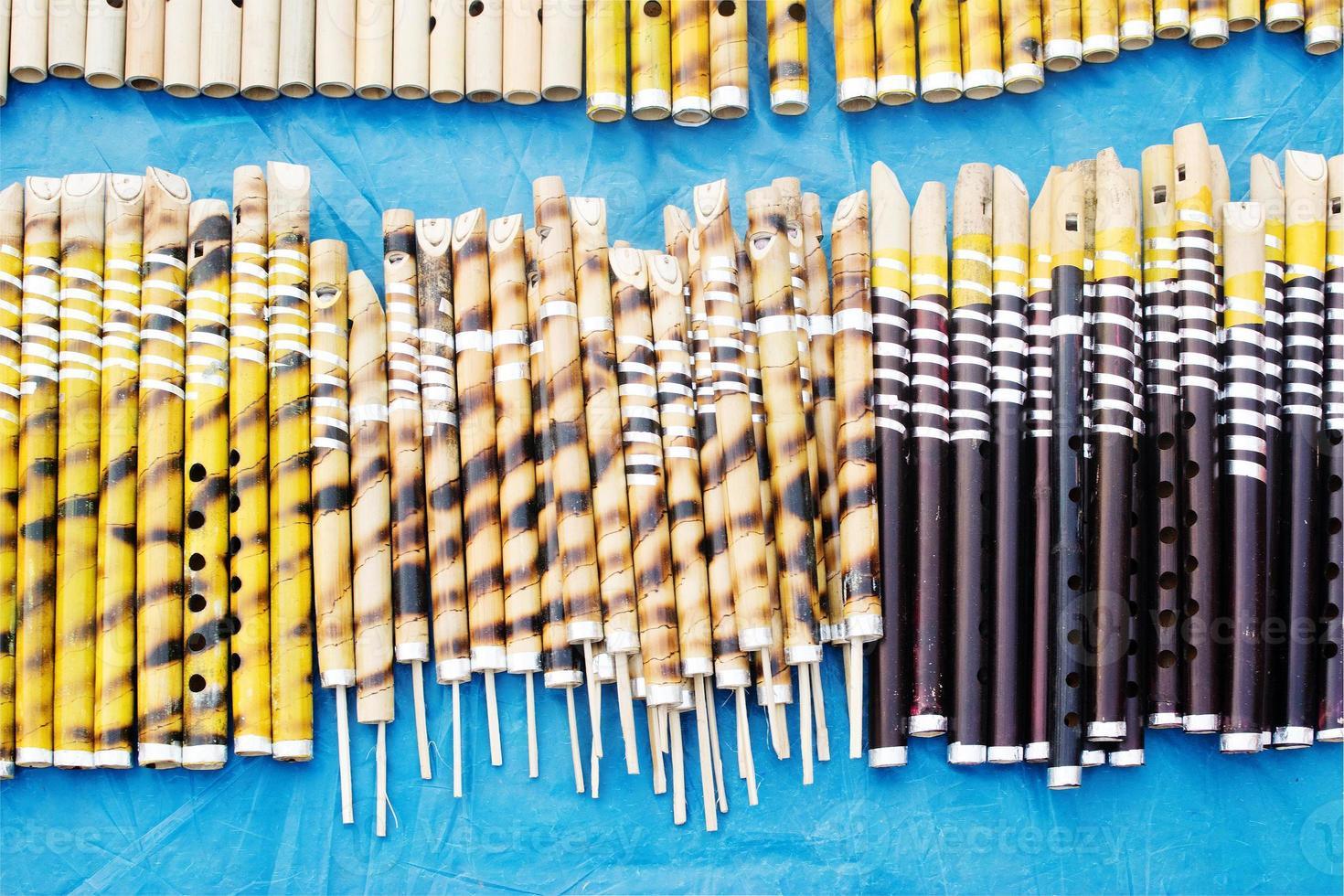 flautas hechas de bambú, feria de artesanías indias en kolkata foto
