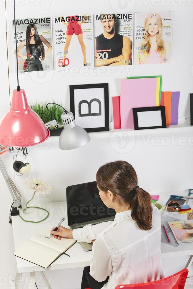 Modebloggerin, die in einem kreativen Büro arbeitet foto