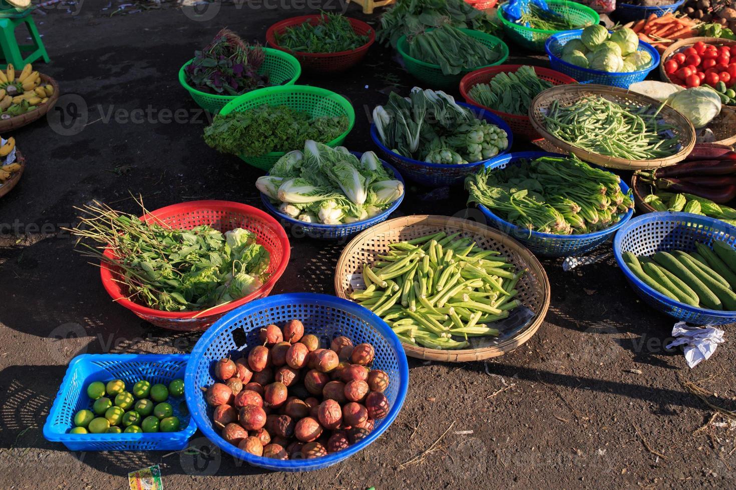 Verduras y frutas en el hoa binh, calle del mercado. foto