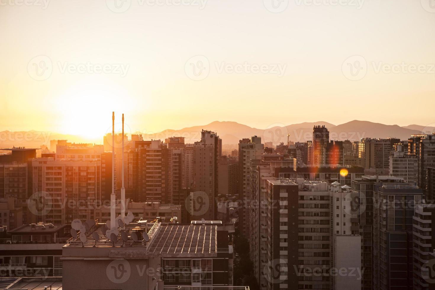 belo pôr do sol em santiago, chile foto