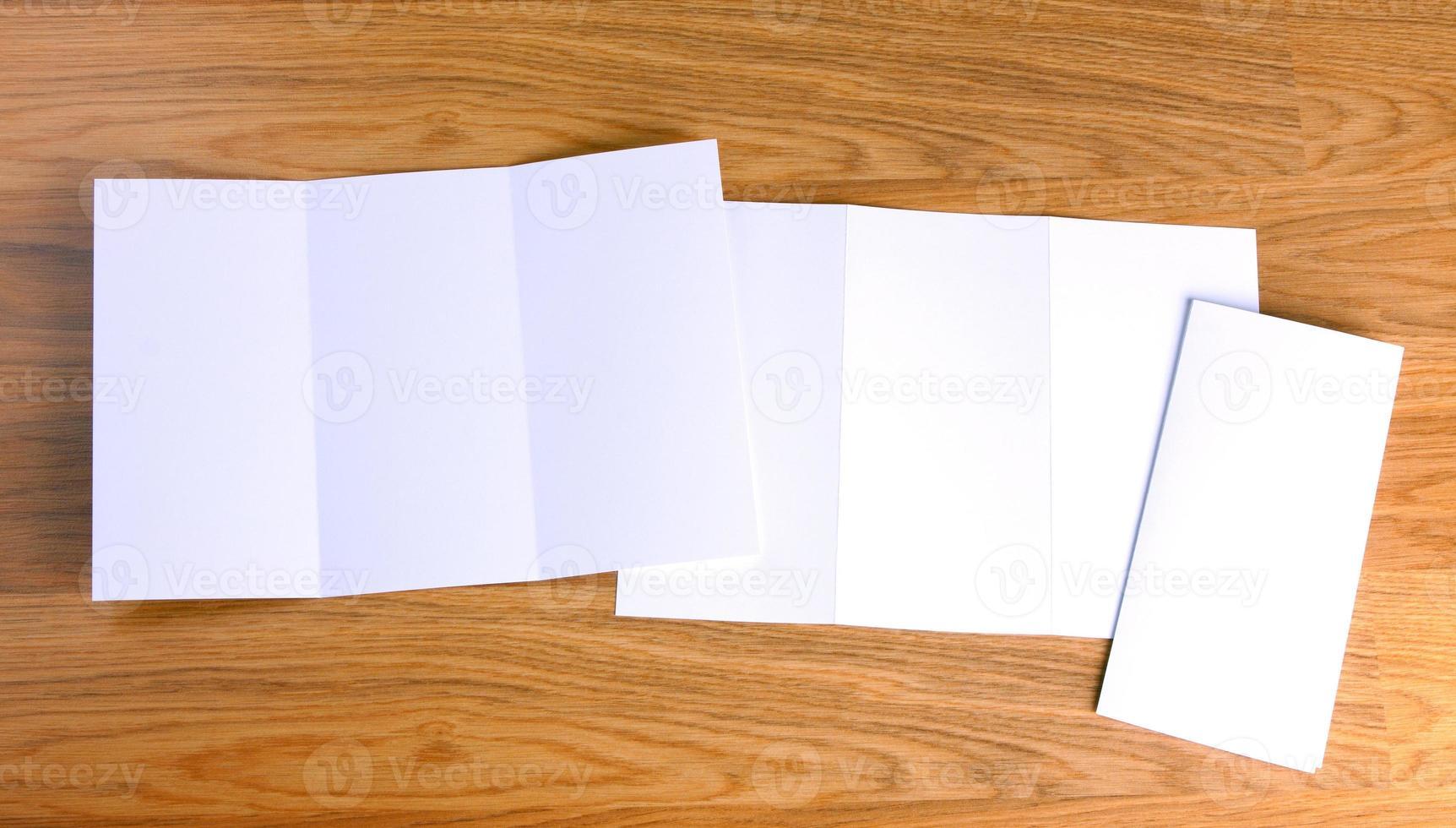 folheto de papel dobrável branco em branco foto