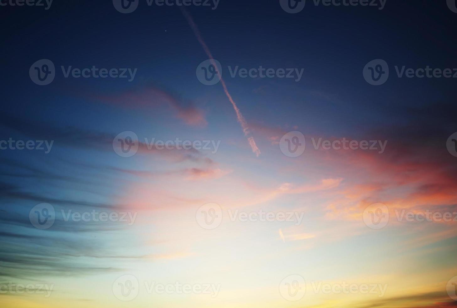 lindo céu após o pôr do sol foto