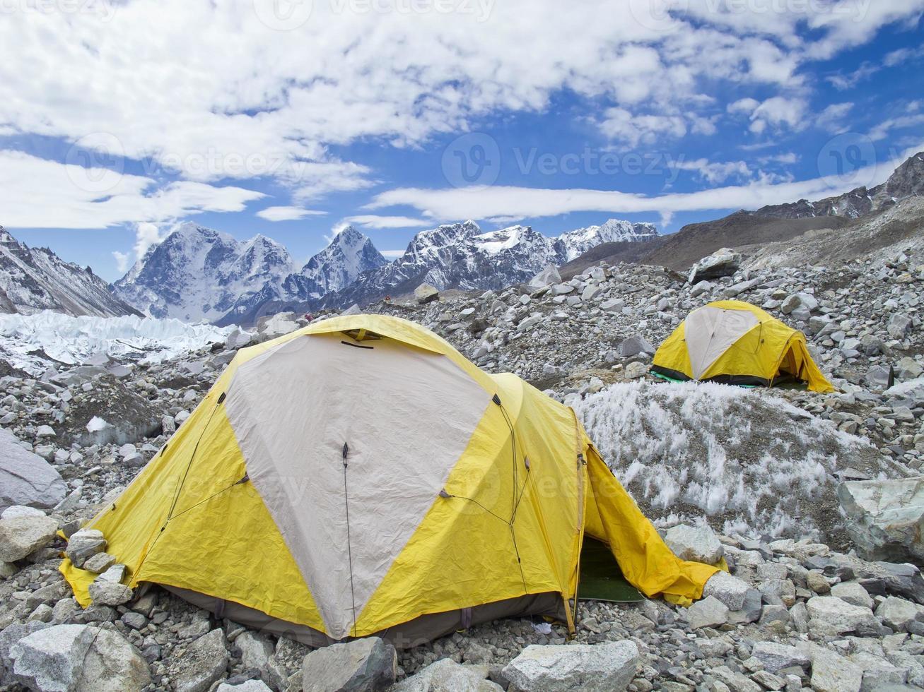 Carpas en el campamento base del Everest, día nublado. foto