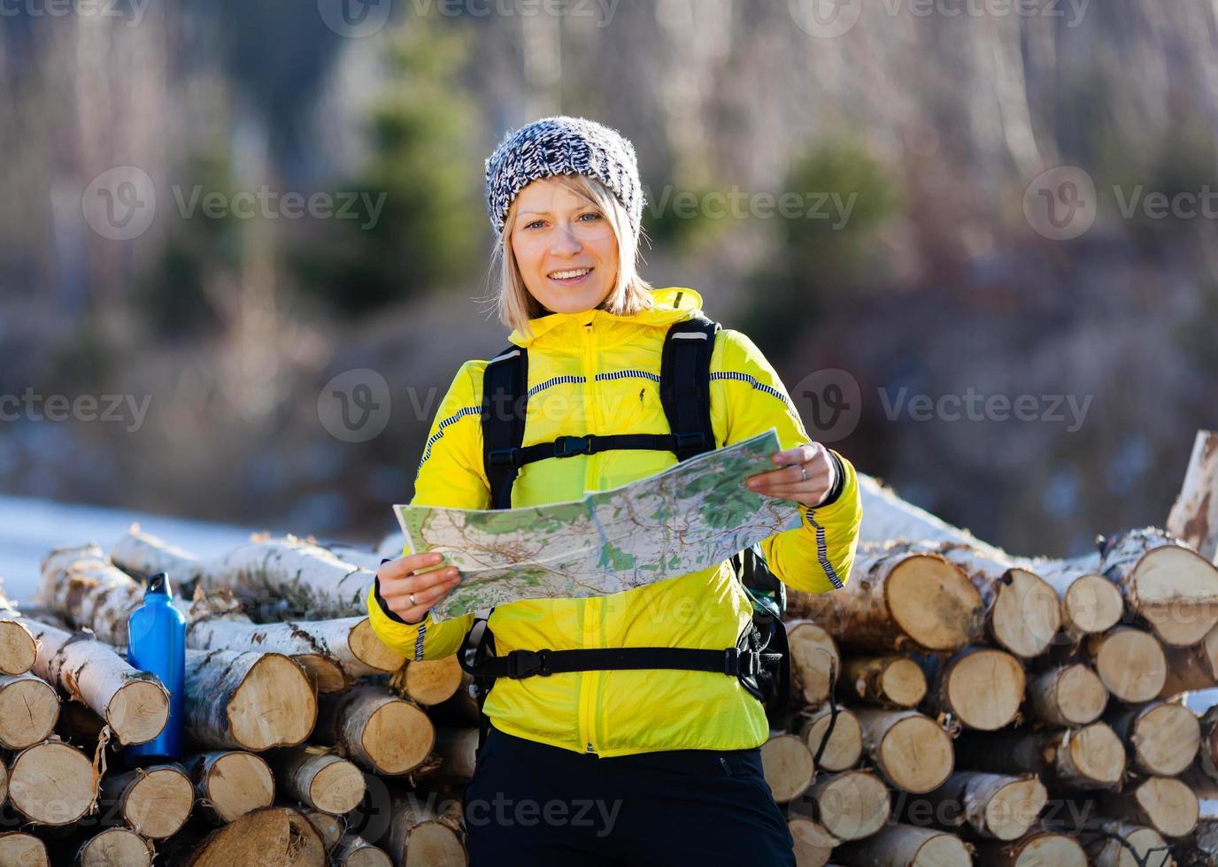 mulher, caminhadas e acampar no bosque de inverno foto