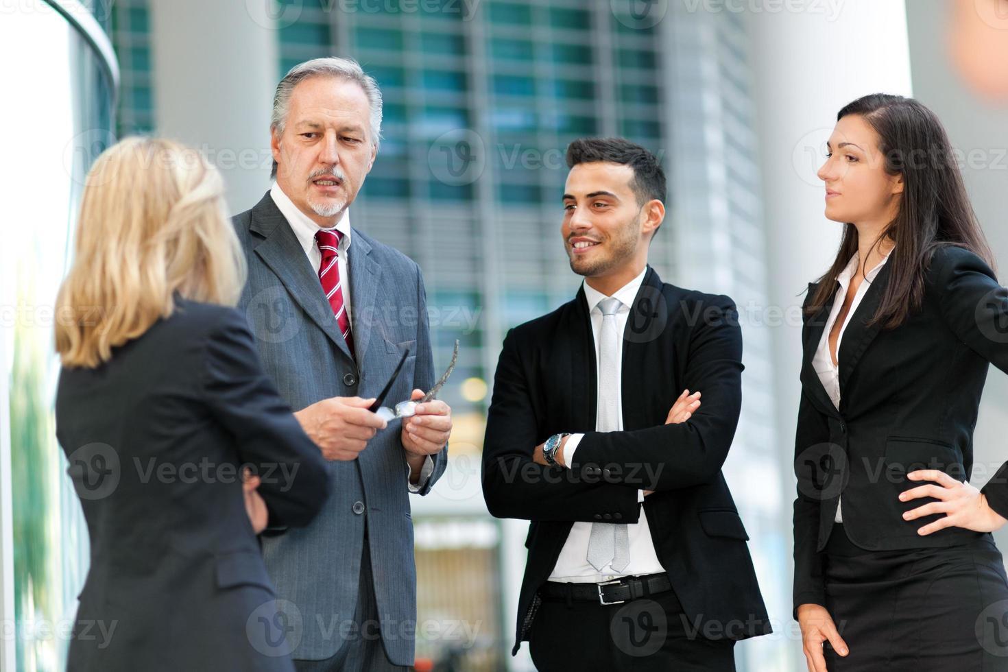 grupo de empresários discutindo foto