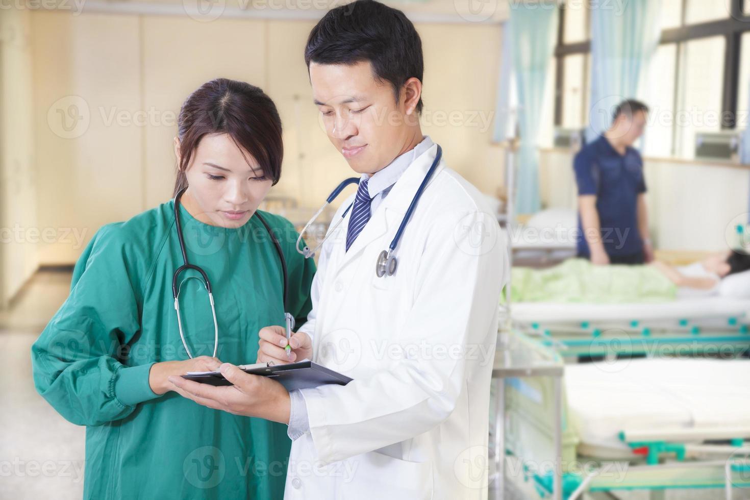 médico y asistente están discutiendo la situación de la niña foto