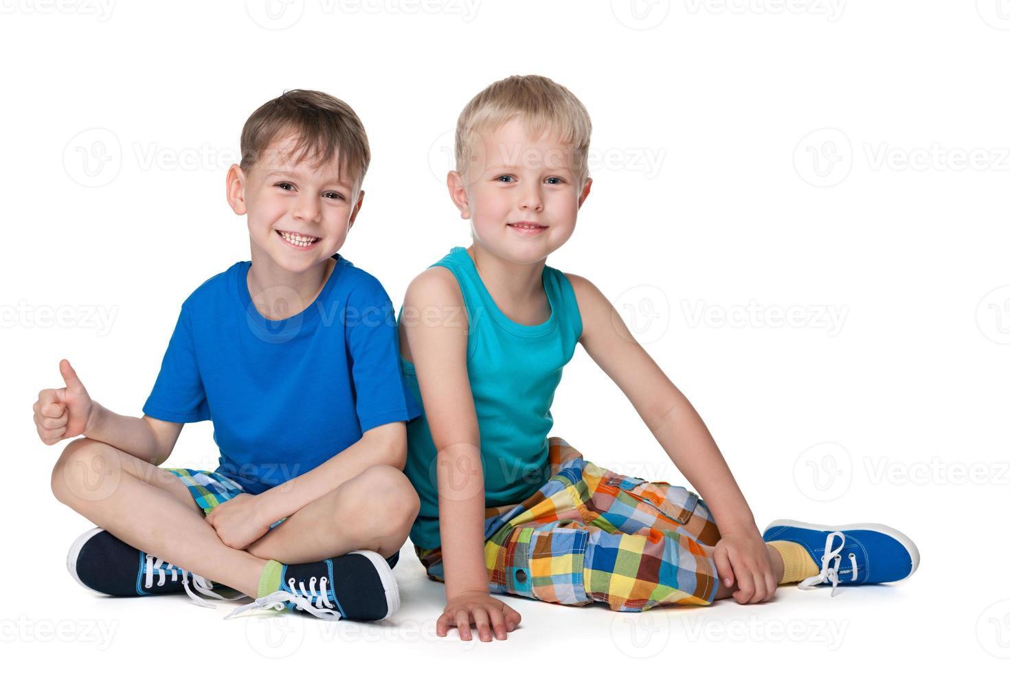 lachende kleine jongens samen foto