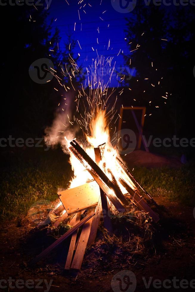 groot vuur en vonken in de nacht foto