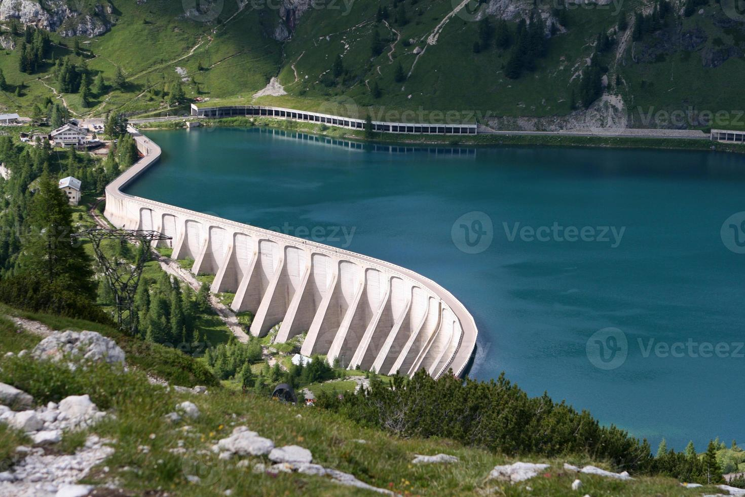 embalse lago di fedaia, dolomiti, italia foto