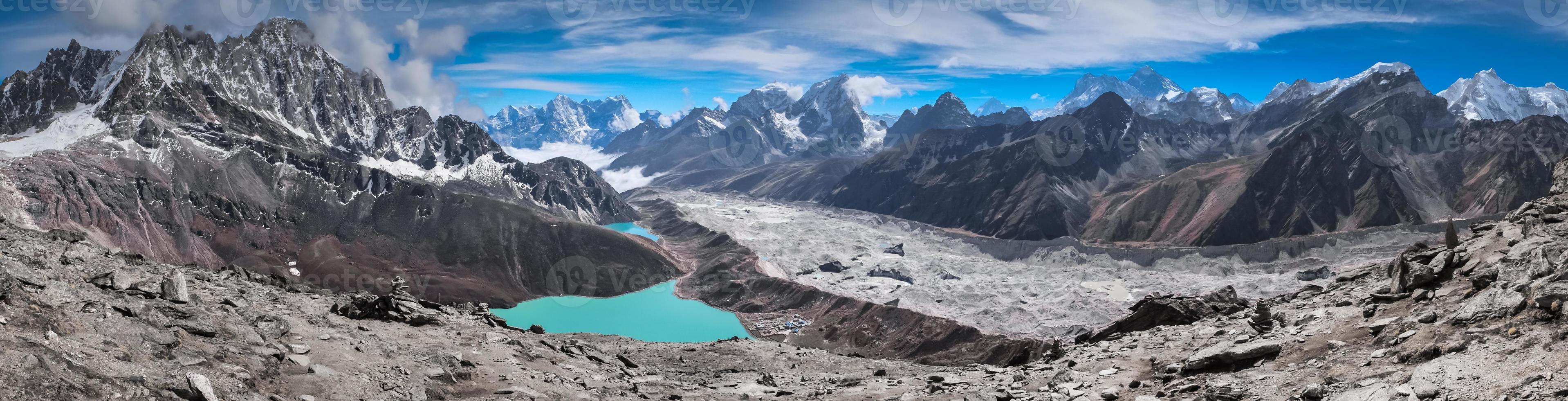 hermosas montañas nevadas con lago foto