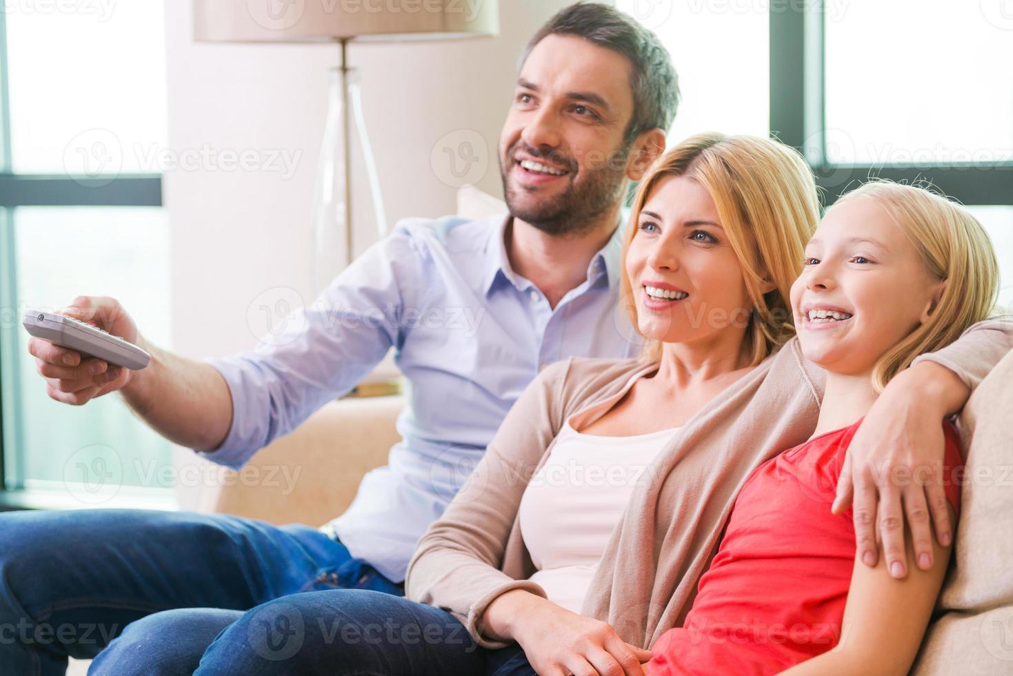 viendo la tele juntos foto