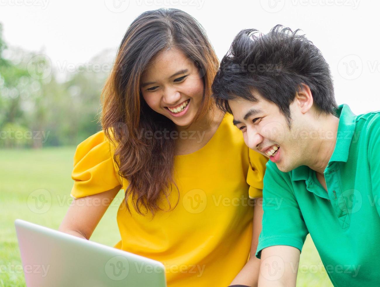 jóvenes divirtiéndose juntos foto