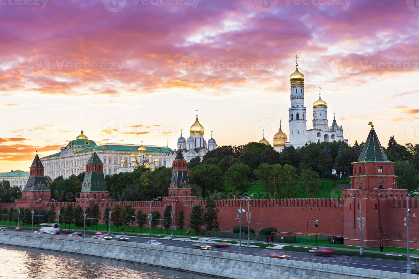 vista del atardecer del kremlin en moscú foto