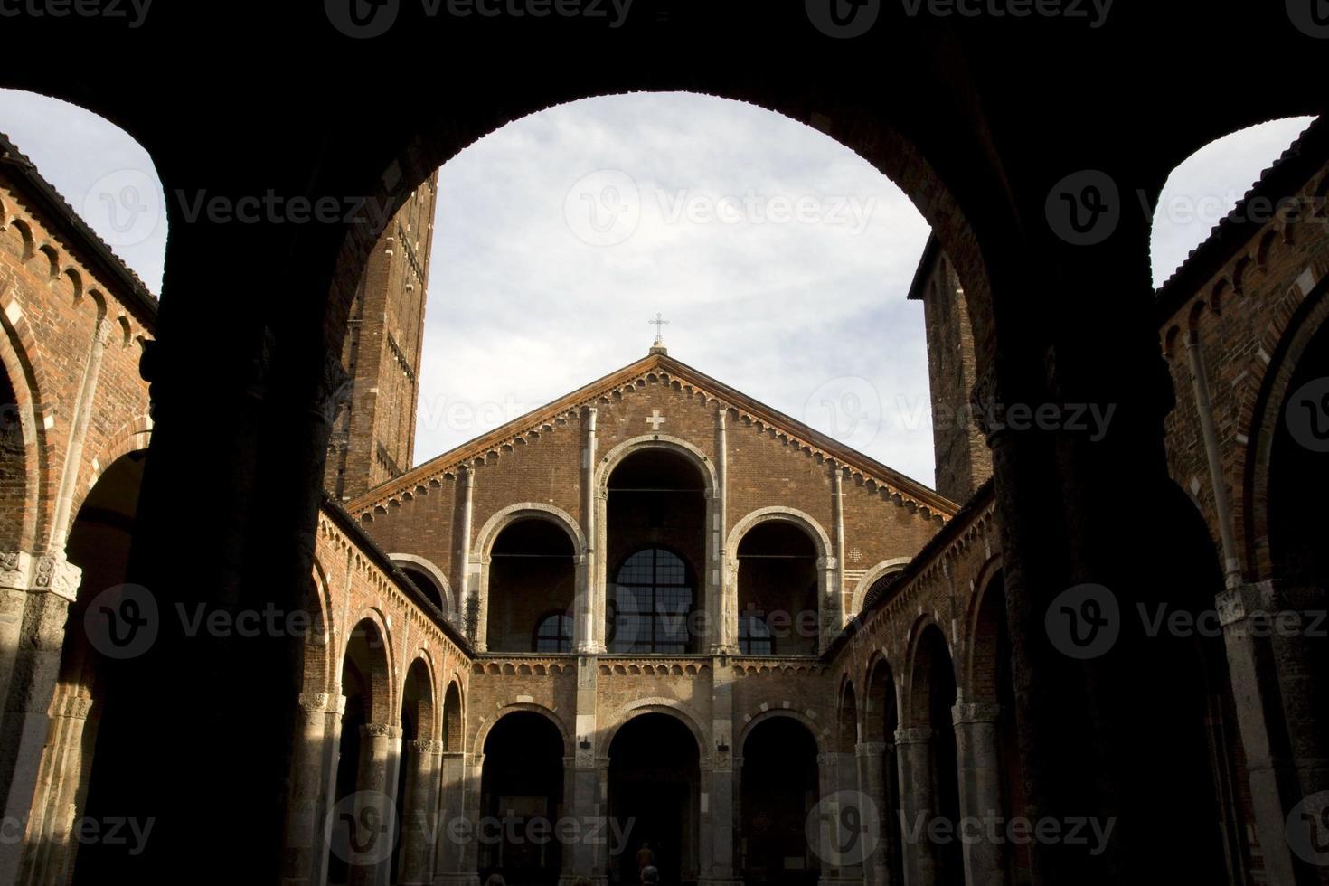 italia - milán - basilica di sant'ambrogio foto