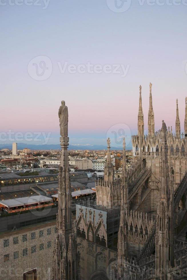 Vista de Milán desde el duomo en la noche. v.4. foto