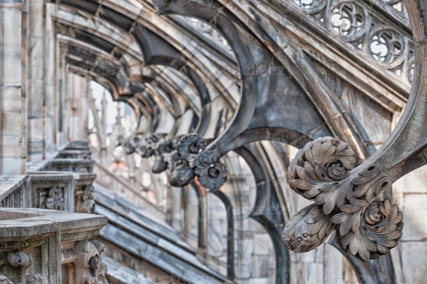 detalle de arcos del techo de la catedral de milán foto