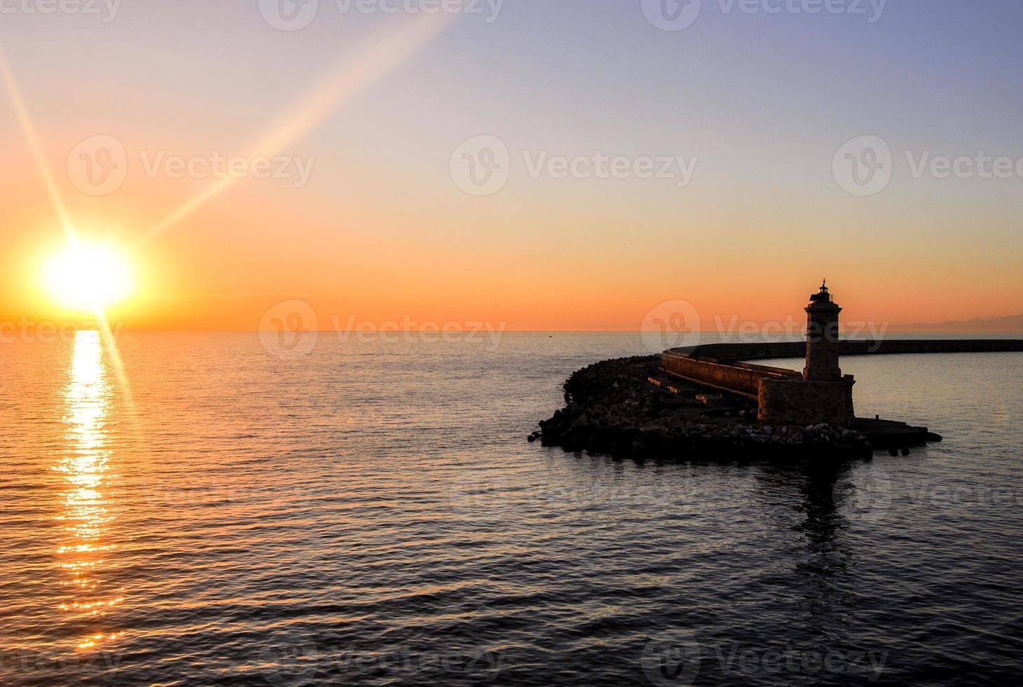 puesta de sol y faro foto