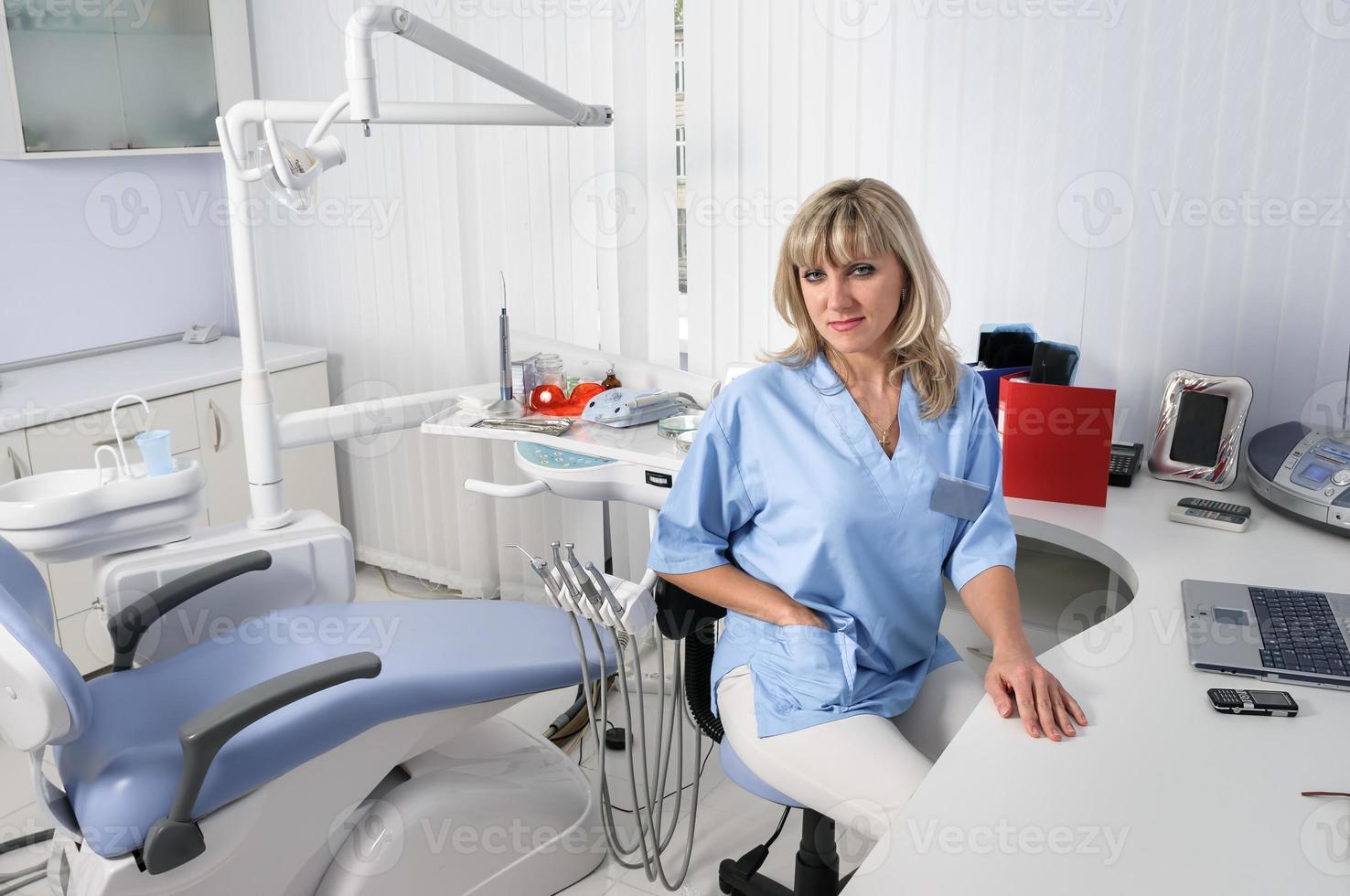interior de la oficina del dentista con doctora foto