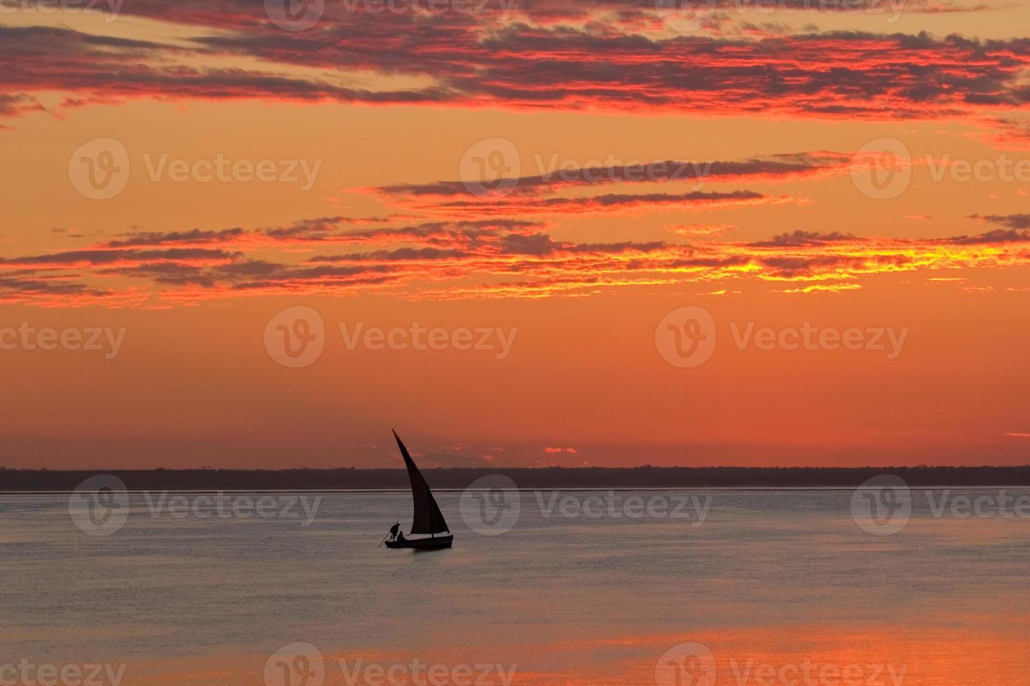 Puesta de sol en la playa, Mozambique foto