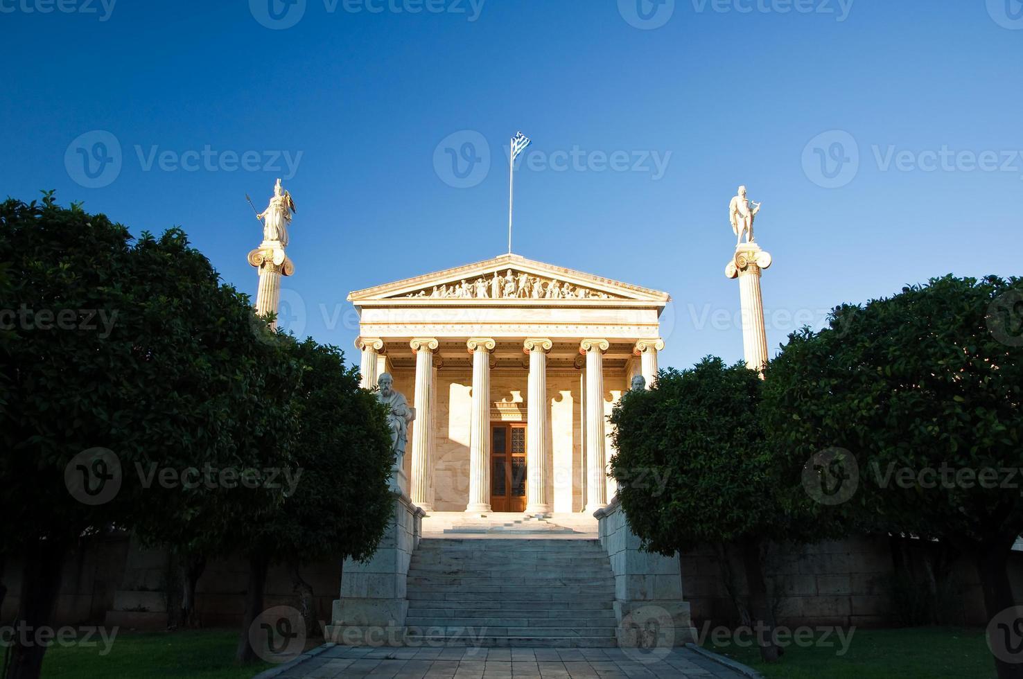 Academia de Atenas con las columnas Apolo y Atenea. Grecia. foto