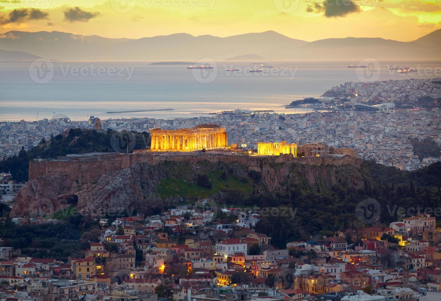 Atenas, Grecia. después de la puesta del sol. Partenón y herodio constructi foto
