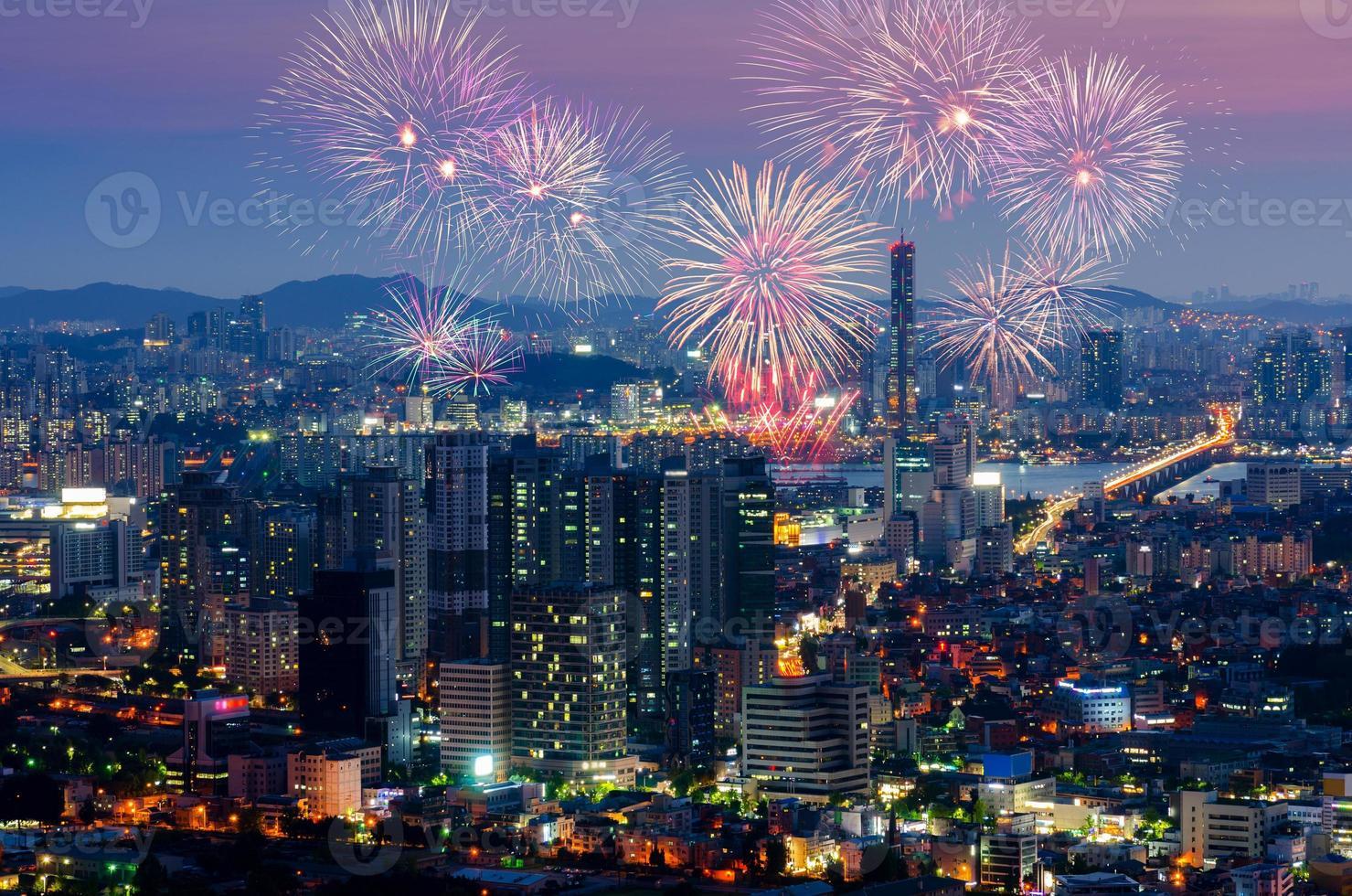 Fuegos artificiales de colores en Seúl, Corea del Sur. foto