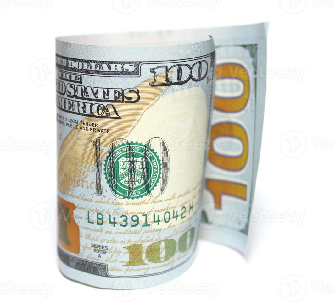 Cien nuevos dólares closeup sobre fondo blanco. foto