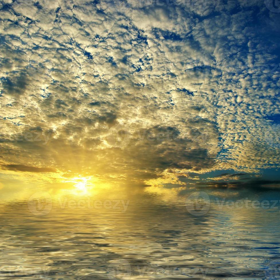 Hermosa puesta de sol con nubes. foto