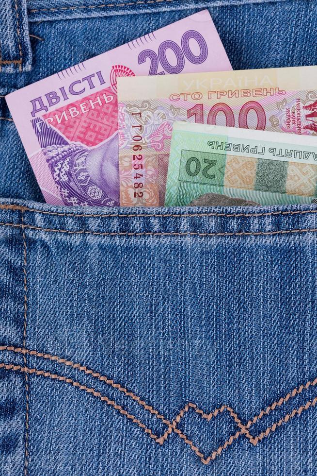 dinero ucraniano en un bolsillo foto