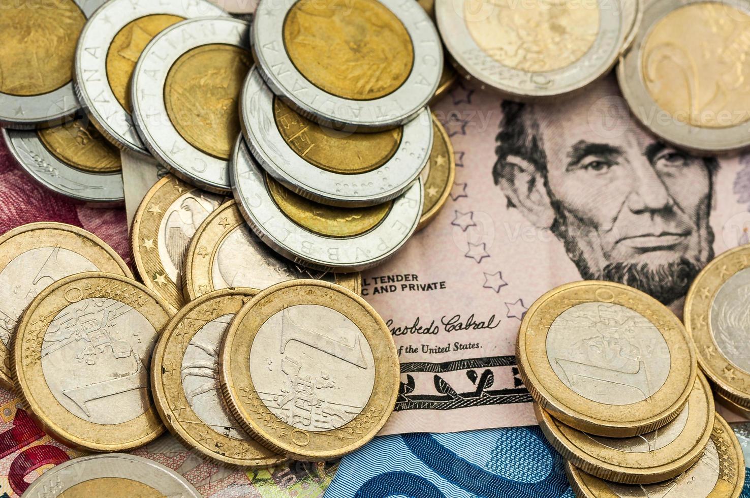 dinero euro billete de un dólar monedas foto