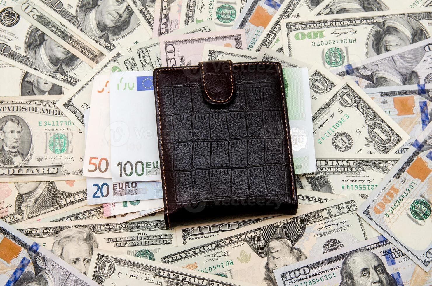 billetera con dinero como fondo foto