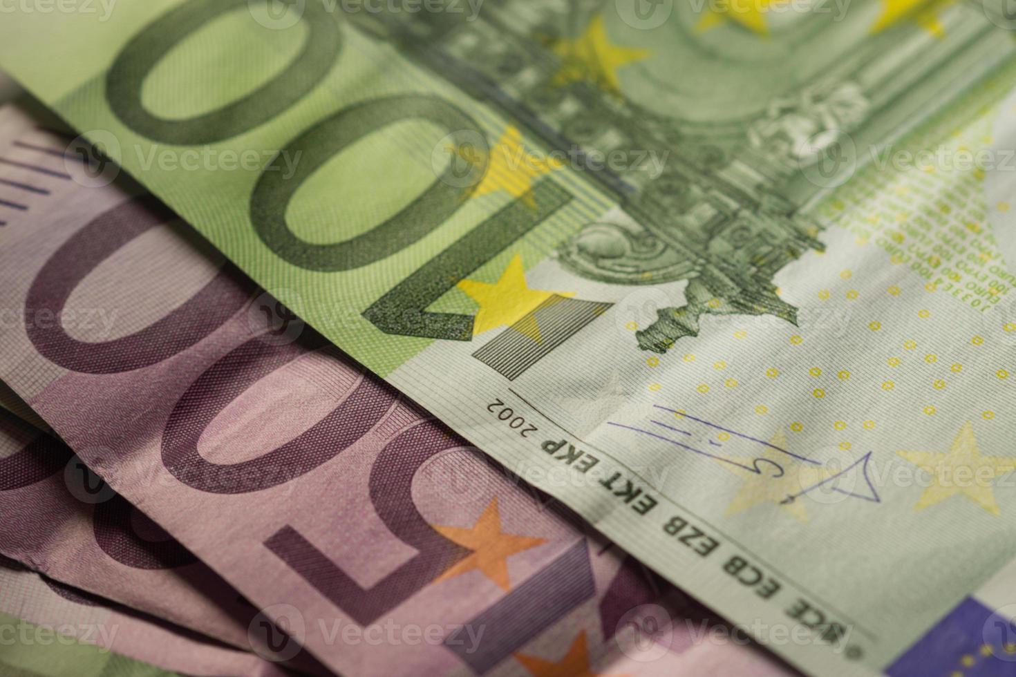Euro monedas y billetes de dinero. foto