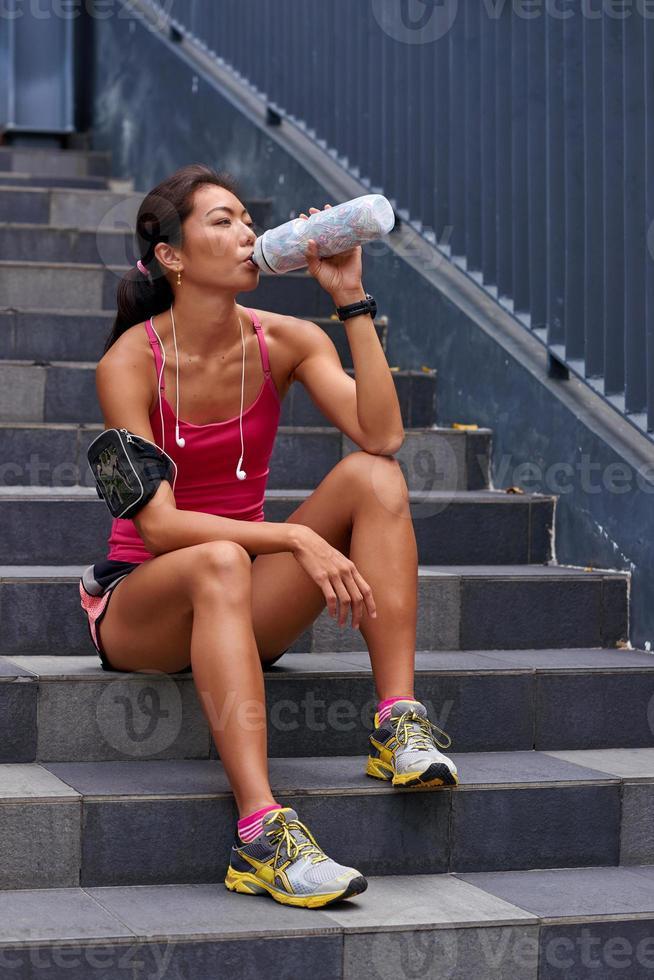 mujer sedienta botella de agua foto