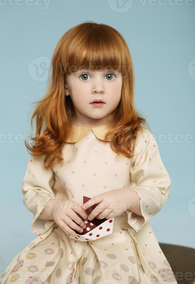 Retrato de niña hermosa pelirroja foto