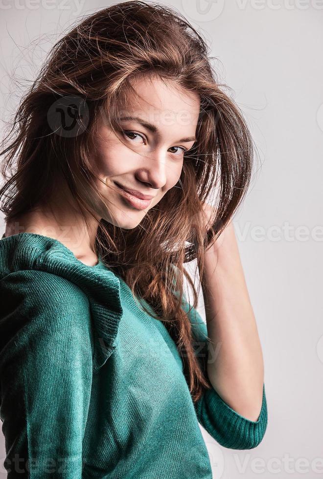 Retrato de una joven belleza. Foto de estudio de primer plano.