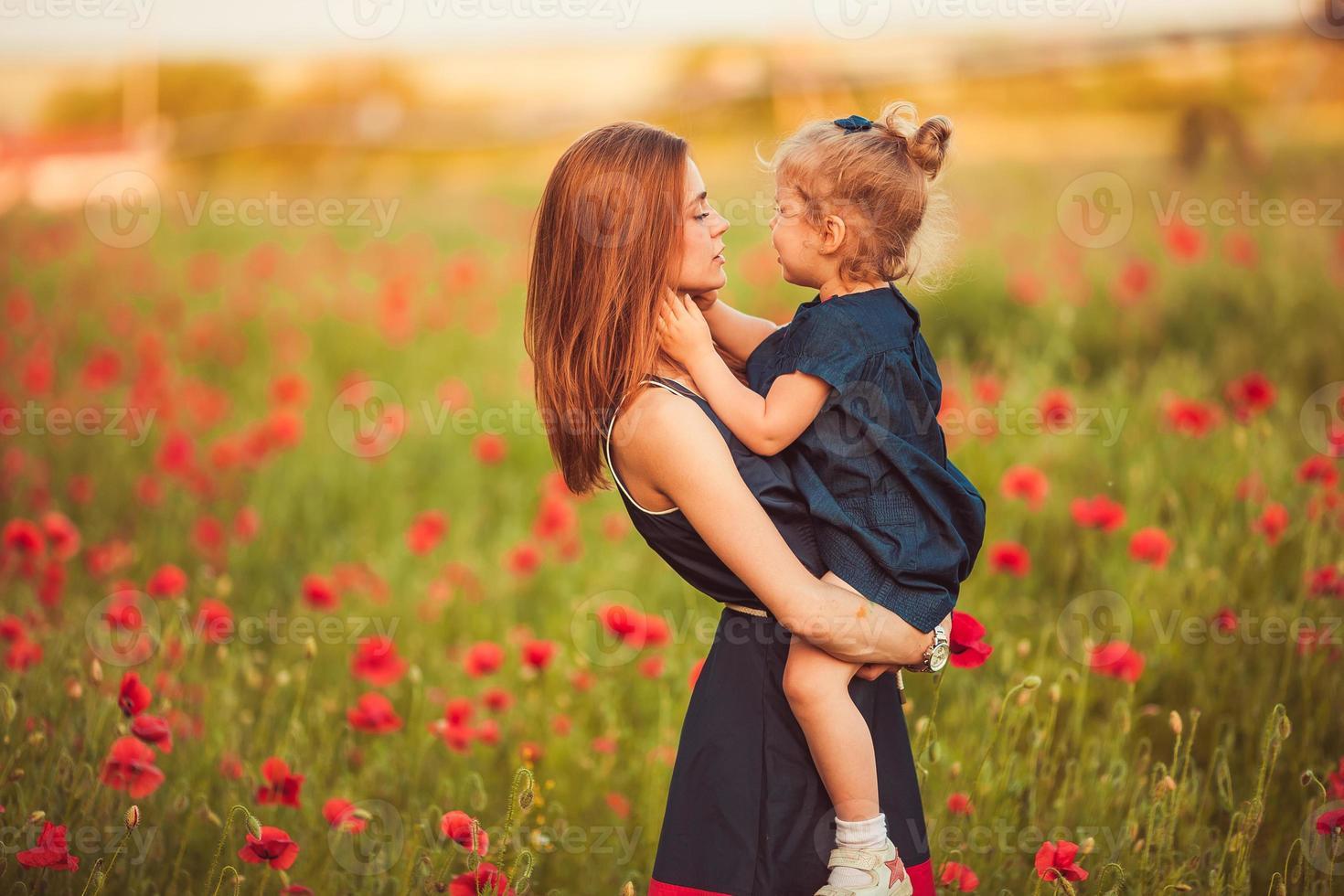 madre con hija al aire libre foto