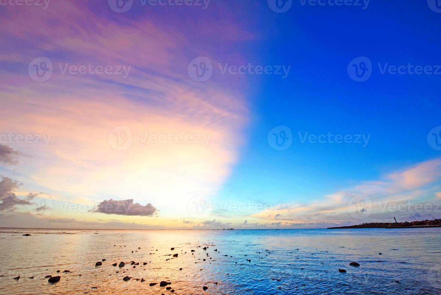 puesta de sol fantástica, okinawa, japón foto
