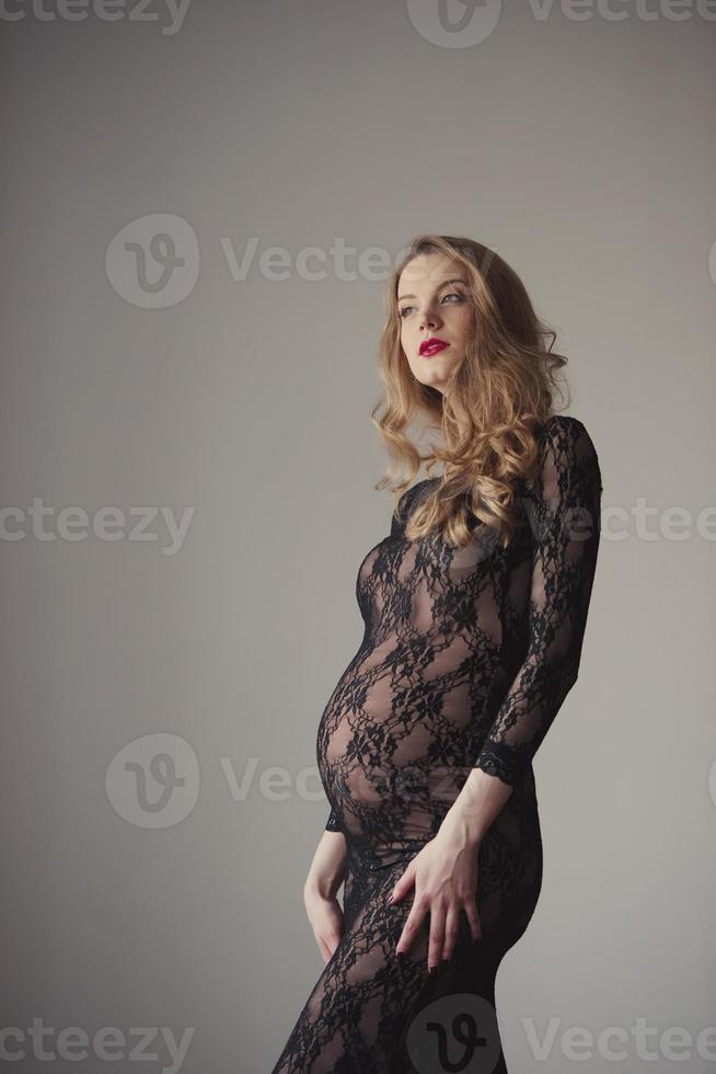 Hermosa mujer embarazada en casa retrato foto
