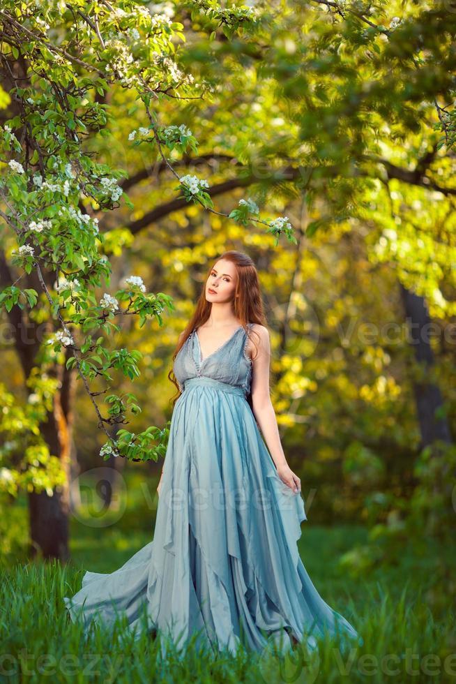 joven mujer embarazada relajarse y disfrutar de la vida en la naturaleza foto