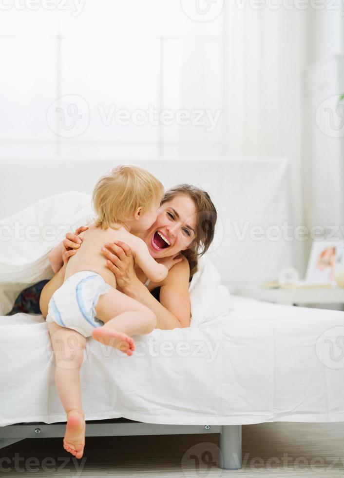 el bebé vino a la madre en el dormitorio foto
