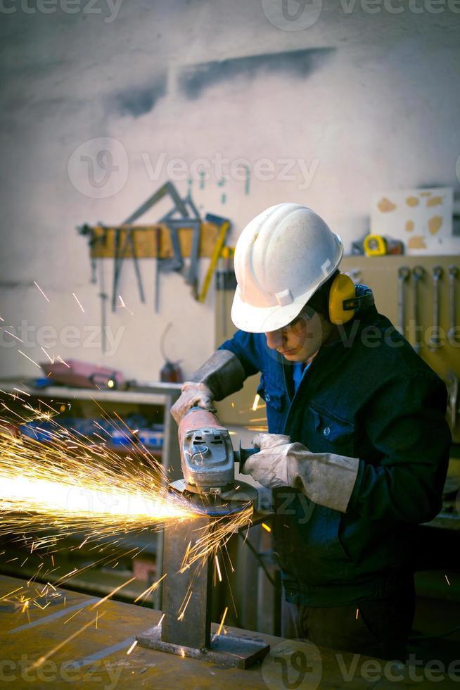 trabajador moliendo en taller foto