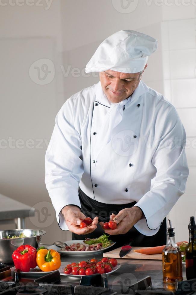chef feliz en el trabajo foto