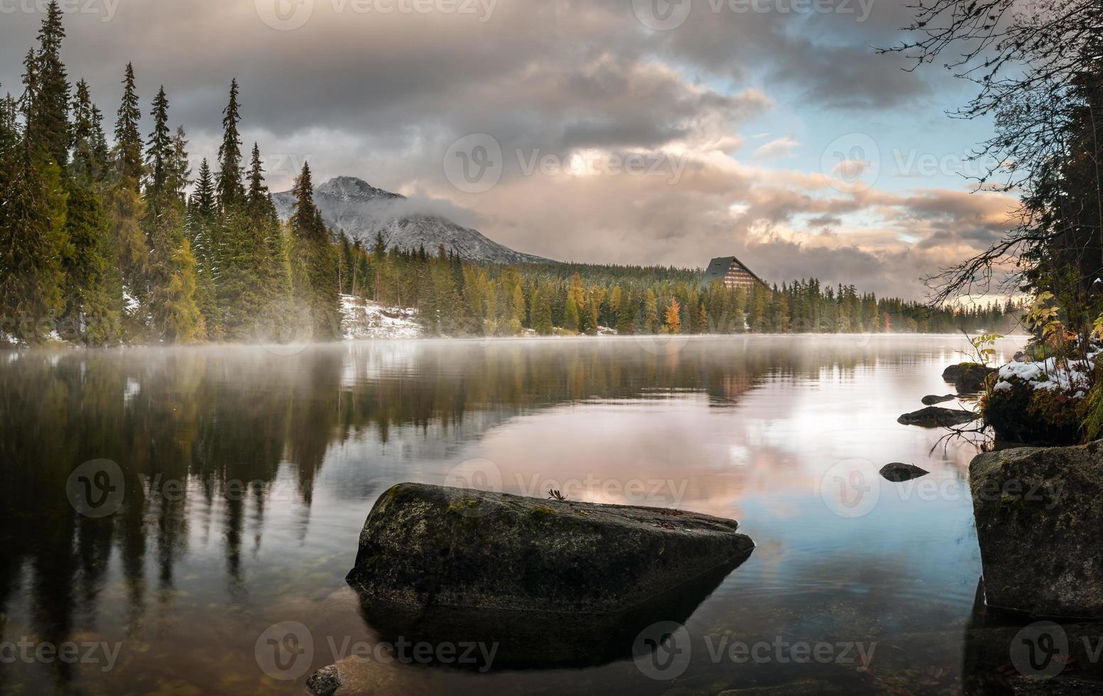 otoño en las montañas tatra, lago strbskie pleso, eslovaquia foto