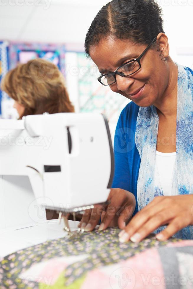 mujer usando la máquina de coser eléctrica foto