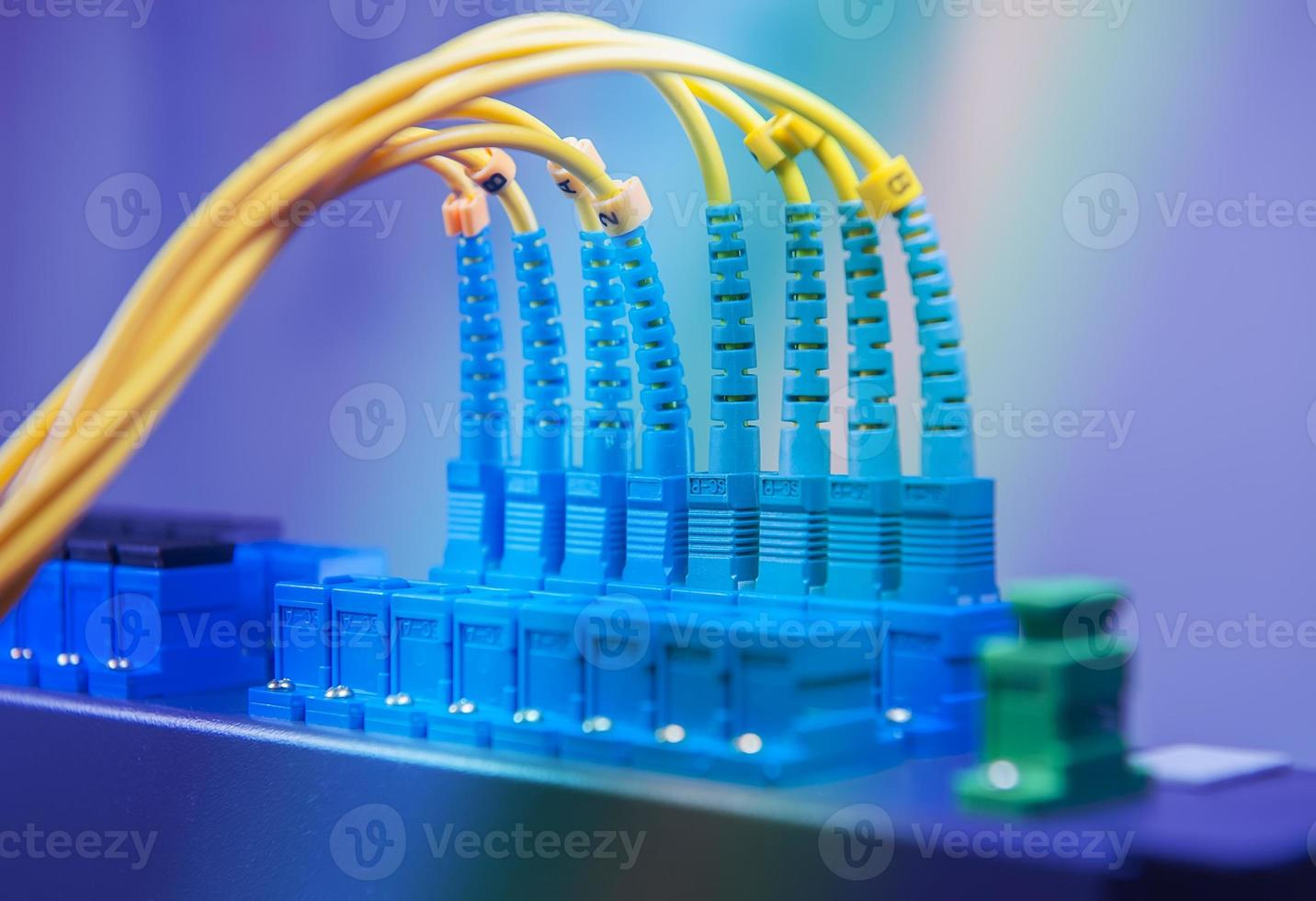 cable de fibra óptica en centro tecnológico foto