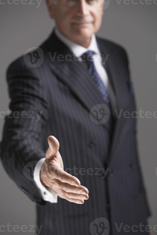 sección media del empresario ofreciendo mano foto